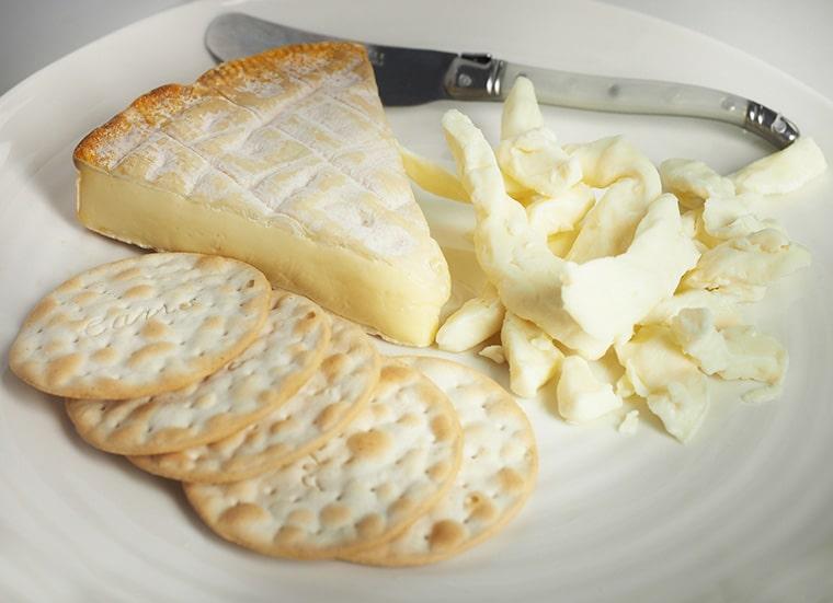 Une assiette de camembert
