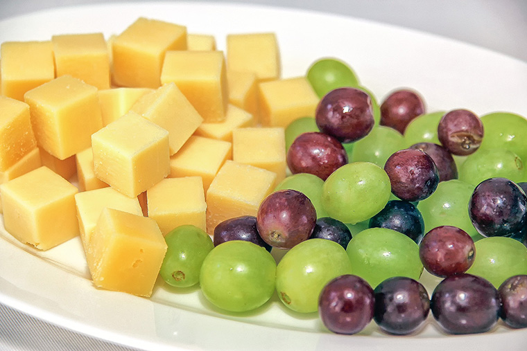 Une assiette de fromage pour apéritif