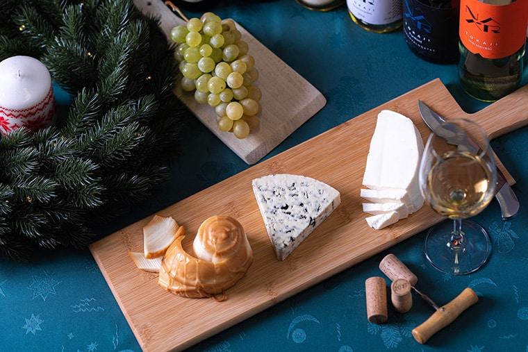 Plateau de fromage et vin blanc