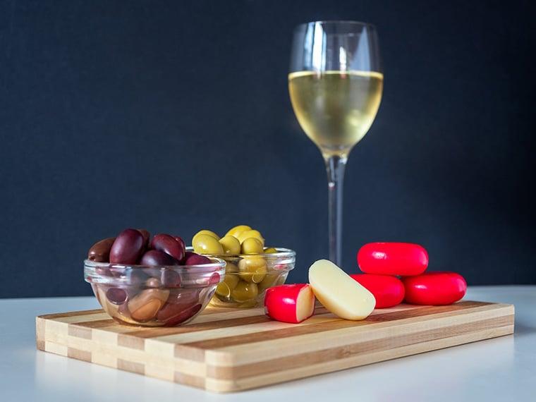 Vin blanc accord avec plateau de fromage
