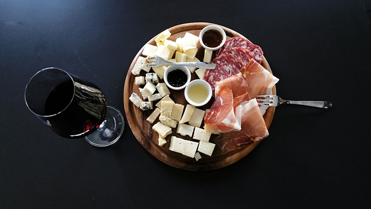 Servir du vin et plateau fromage